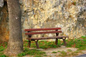 métaphore de la solitude mais aussi d'une invitation à s'assoir côté à côté pour un échange